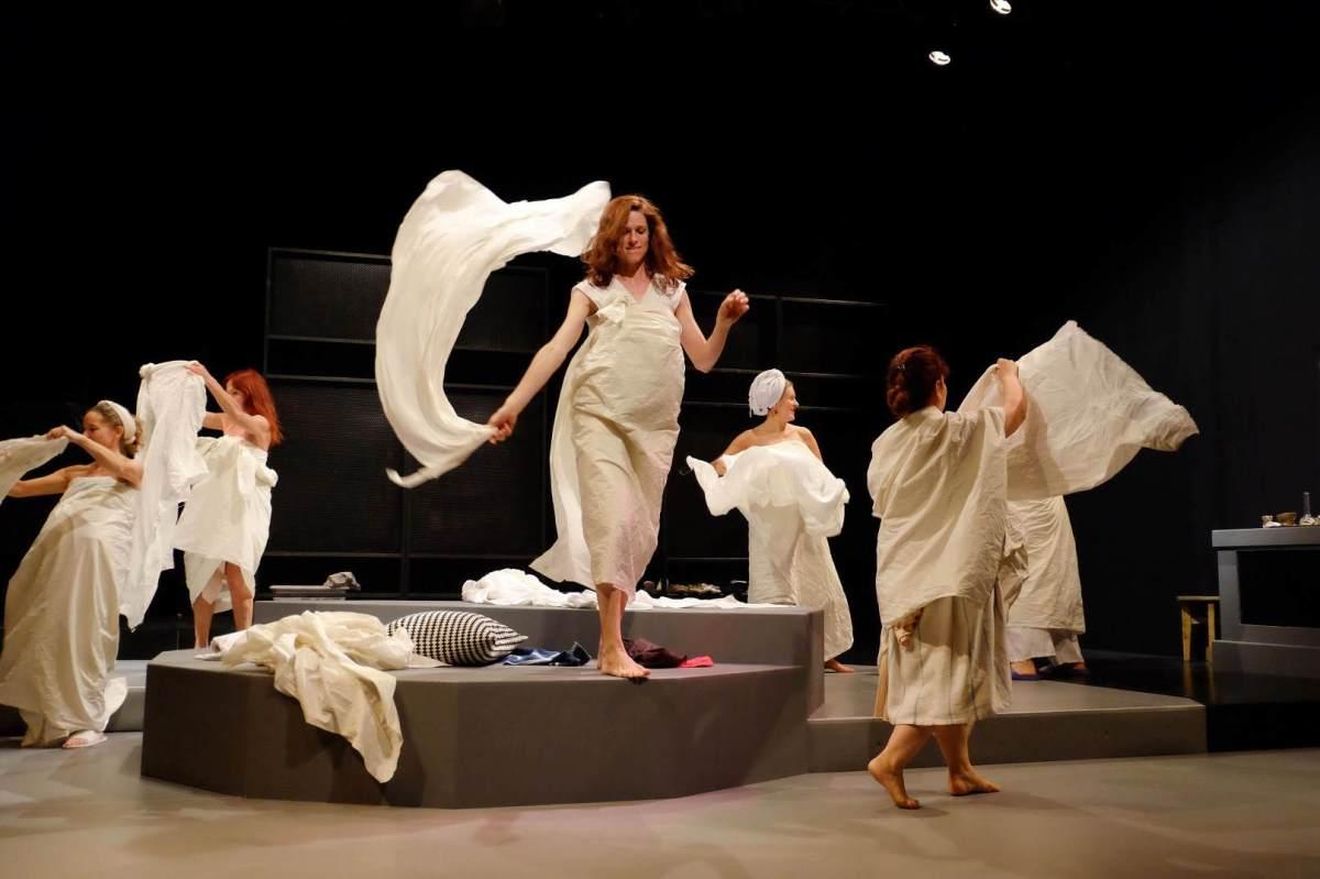 Theaterstück mit arabischer Übersetzungshilfe